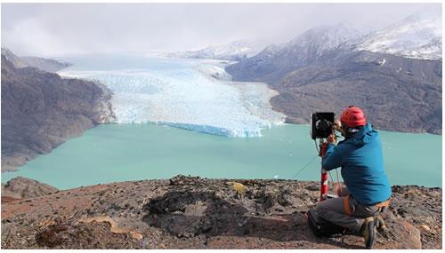 Equipo de glaciólogos registra cambios en la nueva morfología del frente del glaciar O'Higgins.